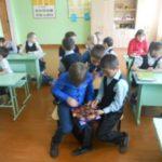 Старо-Юреевская библиотека вместе с ребятами 2-3 классов Ново-Кармалинской СОШ приняла участие в Международной акции «Читаем детям о войне».